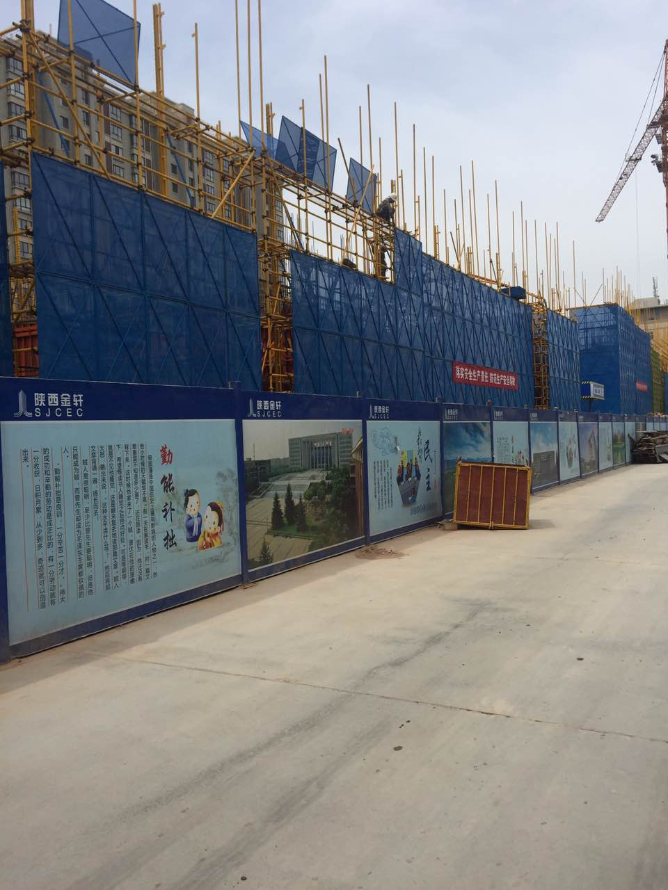 西安地区品质好的建筑爬架网,陕西爬架网图片